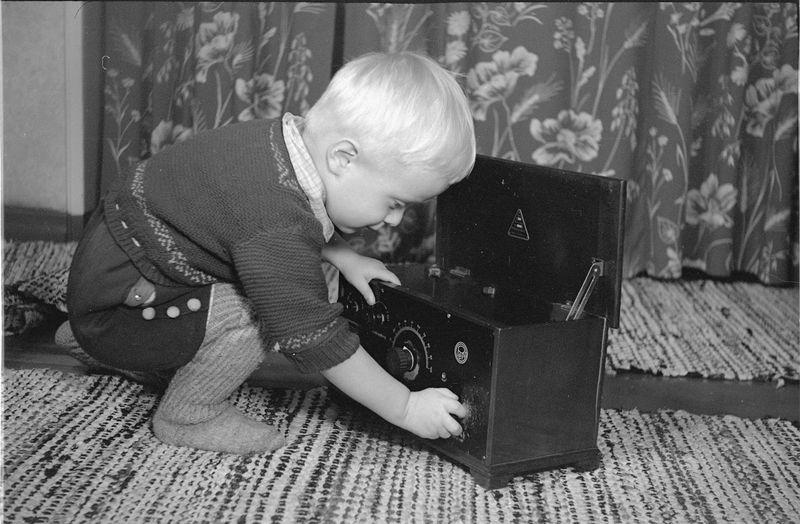 A08-16_Matti_radion virittelyä 1954 -- -55.jpg